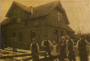 Tischler und Gesellen vor Hauptgebäude